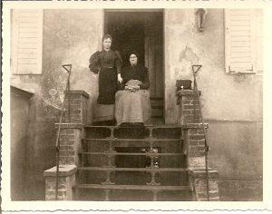 Mit Oma vor dem Haus