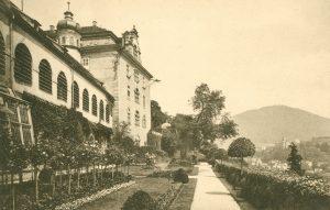Schlossterrasse mit Blick auf den Merkur in Baden-Baden