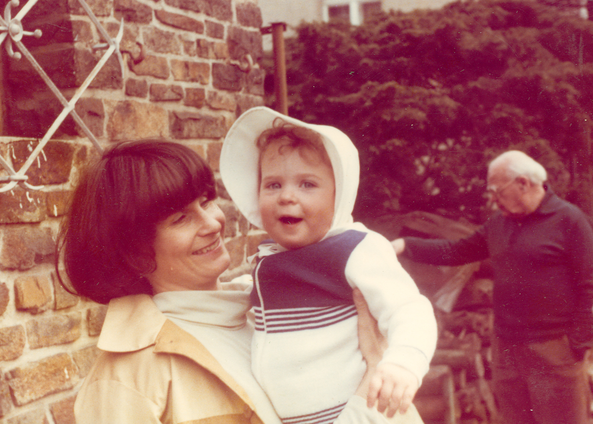 1980 mutter mit kleinkind im garten fotos auf. Black Bedroom Furniture Sets. Home Design Ideas