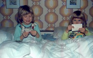 Geschwister schauen alte Fotos an, 1979