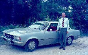 Mann vor seinem Auto, 1975