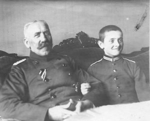 Opa und Enkel in Uniform