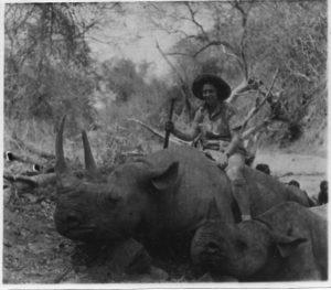 Pose mit Nashorn