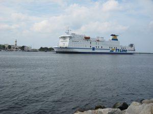 Fährschiff läuft in Warnemünde ein