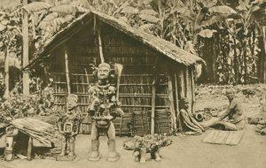 Götzentempel, davor Fetisch mit Schwein, Kongo