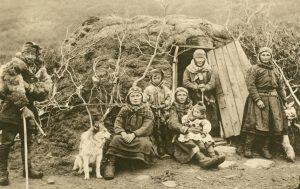Lappenfamilie vor ihrer Wohnung, Norwegen