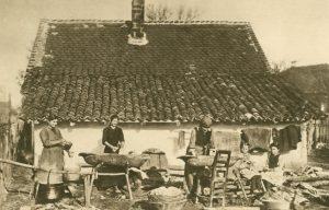Serbische Bauernfrauen beim Waschen, Jugoslavien