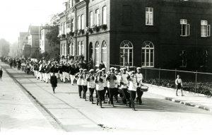 Gütersloh – Posaunenchor beim Turnerfest. Marsch durch die Feldstraße