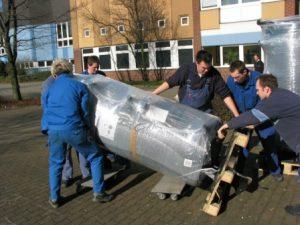 6 Mann an einen Strang! Wie schwer war der Speicher- 200 – 300 Kg?