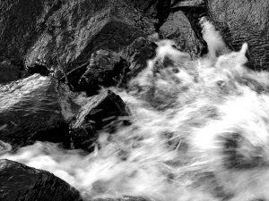 Wo Wasser auf Felsen trifft,