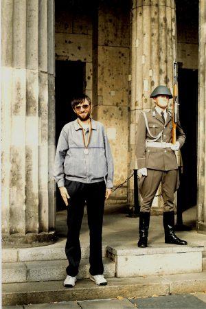 Eine der letzten Wachen vor der Wiedervereinigung an der Neuen Wache in Berlin