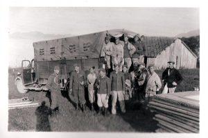 Barackenbauer mit LKW