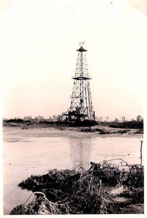 Ölförderturm im Ried 1951
