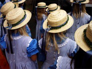 Mädchen mit Strohhüten