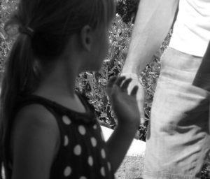Kind im Punktekleid