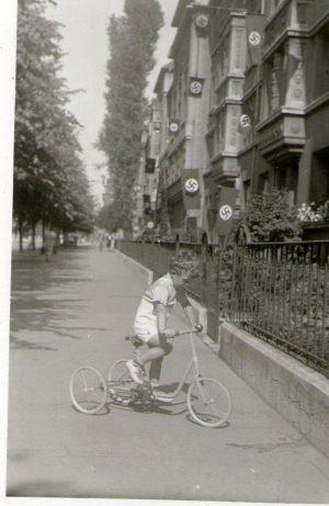 Georg auf dem Dreirad