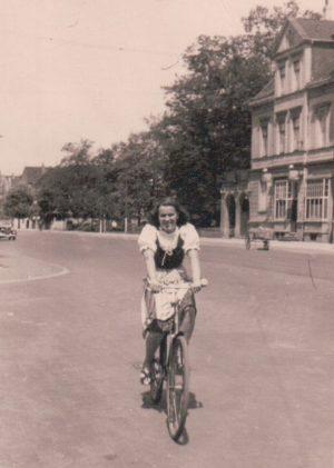 Hilde auf dem Fahrrad