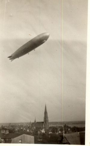 Zeppelin über dem Schleswiger Dom