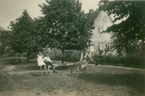 Hochdonn – Schulhof mit Spielplatz 30er Jahre