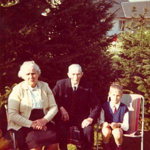 Enkel mit Großeltern
