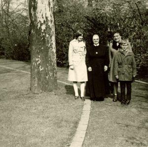 Familie mit Nonne