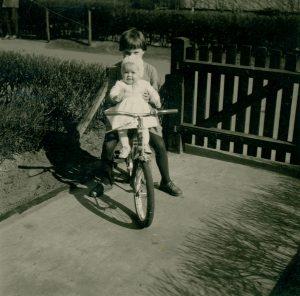 Mädchen mit Schwester auf dem Fahrrad
