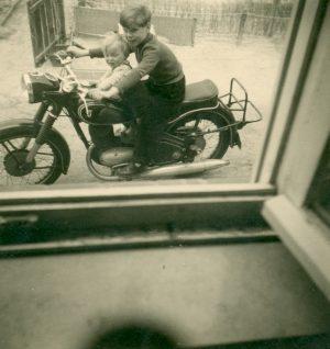 Junge auf einem Motorrad