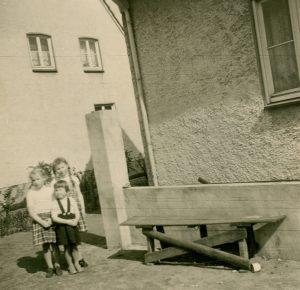 Mädchen hinter dem Haus