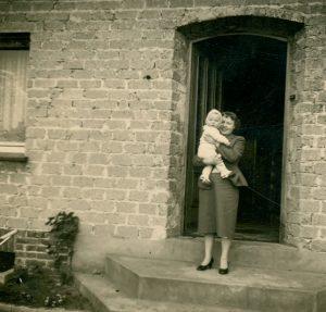 Frau mit Baby auf dem Arm