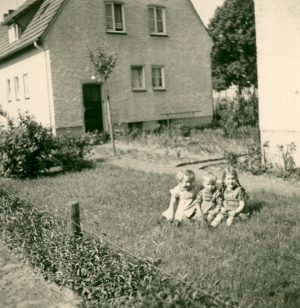 Kinder vor dem Haus