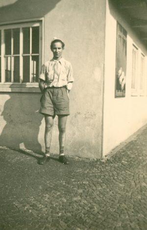 Mann in kurzer Hose
