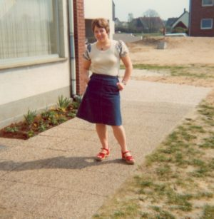 Frau vor dem Haus