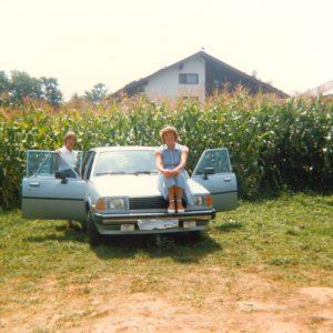 Mit dem Auto am Maisfeld