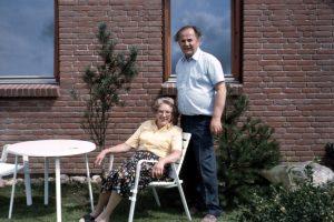 Großeltern im Garten