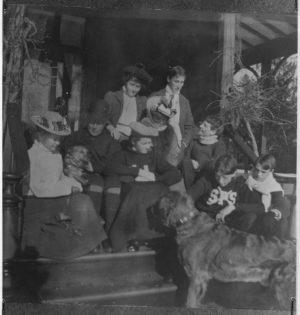 Franklin D. Roosevelt, sein Vater, Helen und Taddy Roosevelt, Mary Newbold und Ellen Delano in Hyde Park, New York