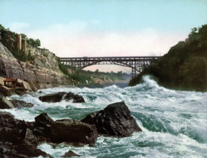 Whirlpool Rapids Bridge und der Niagara River, New York